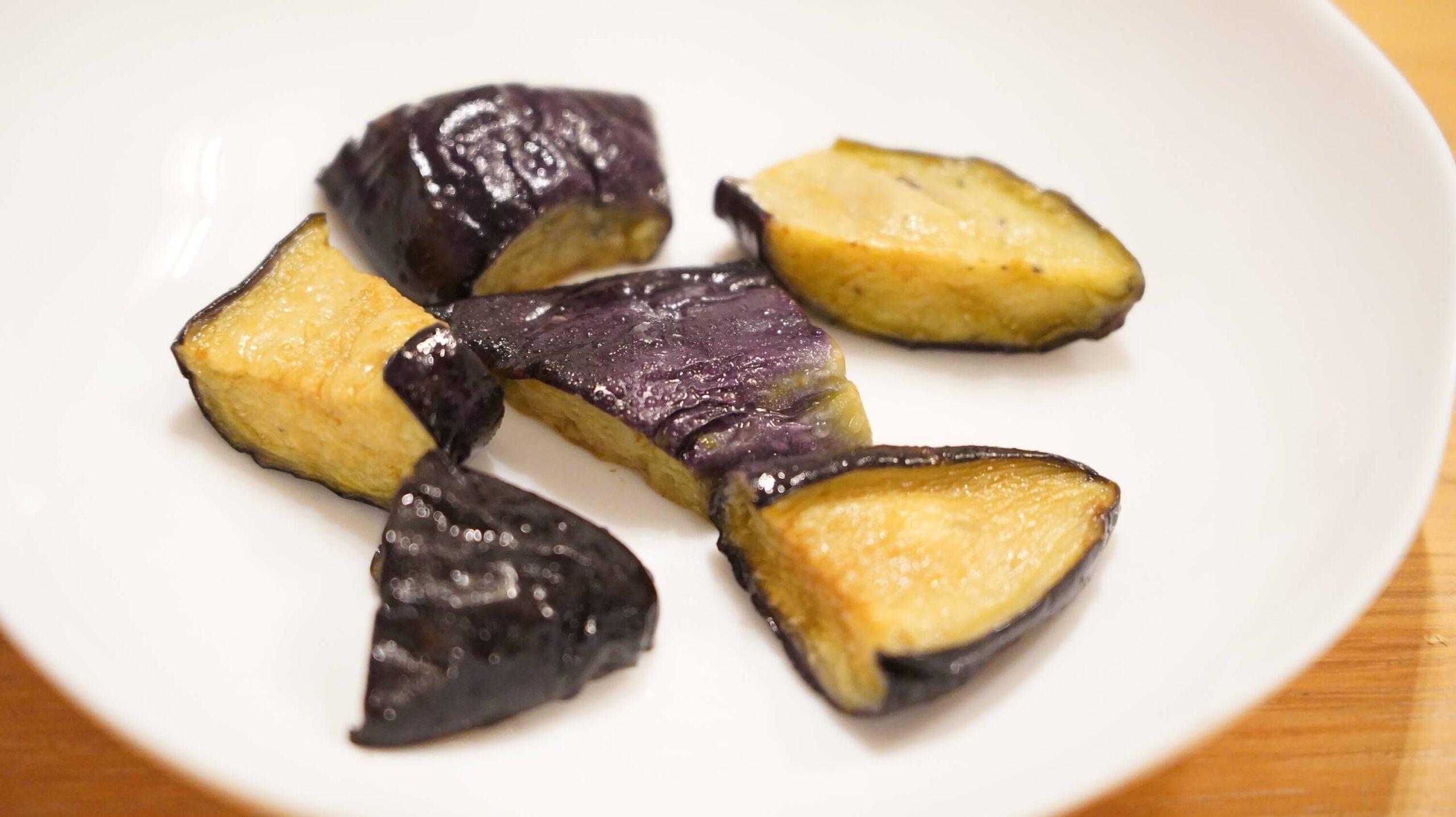 コストコの冷凍食品「カット揚げなす」を皿に盛りつけた写真