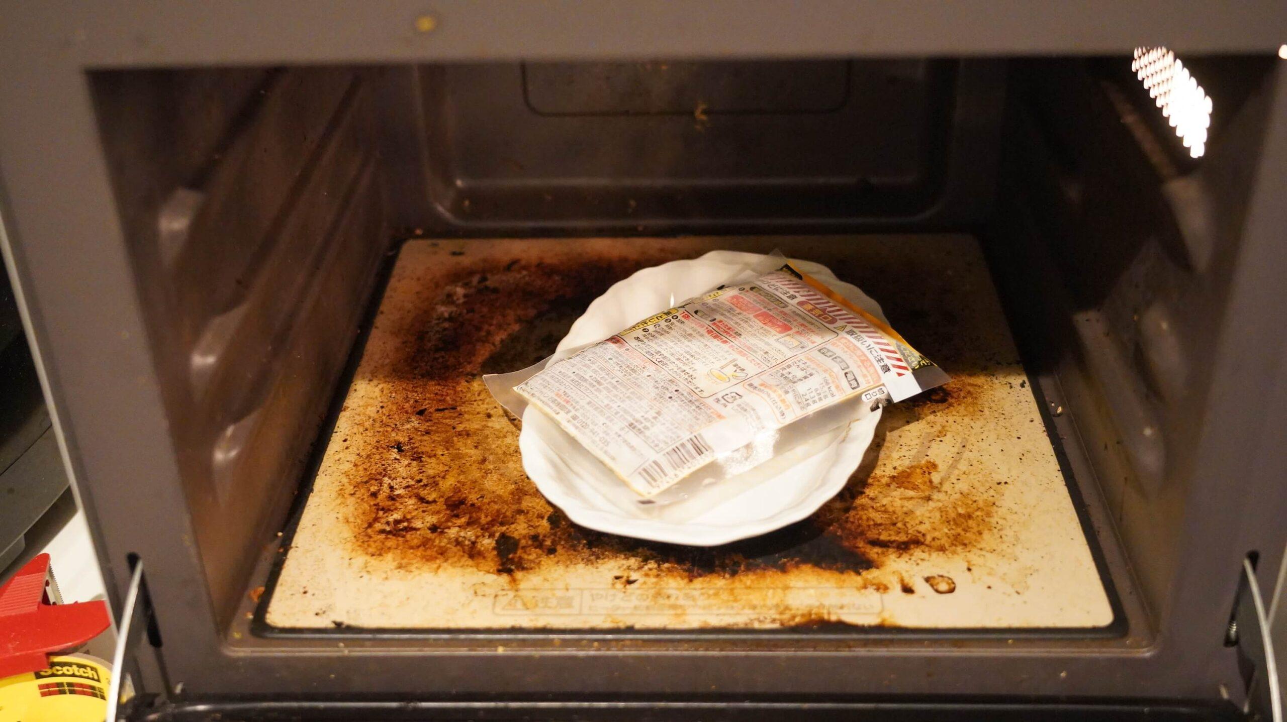 通販でネット注文した「なか卯」の冷凍食品「親子丼の具」を電子レンジで加熱している写真