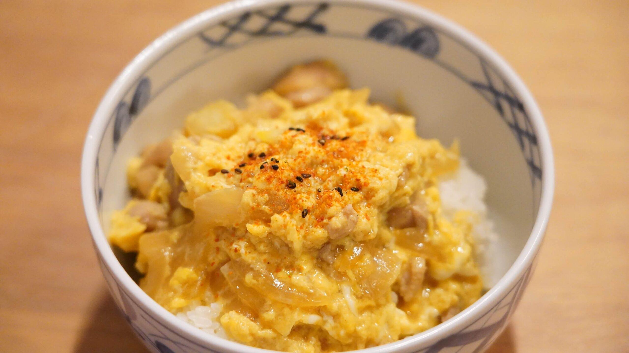 通販でネット注文した「なか卯」の冷凍食品「親子丼の具」に七味唐辛子をかけた写真