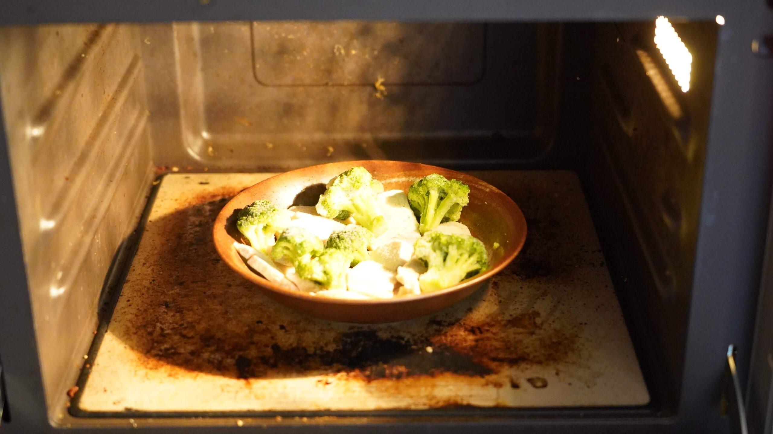 セブンイレブンの冷凍食品「鶏むね肉とブロッコリー」を電子レンジで加熱している写真