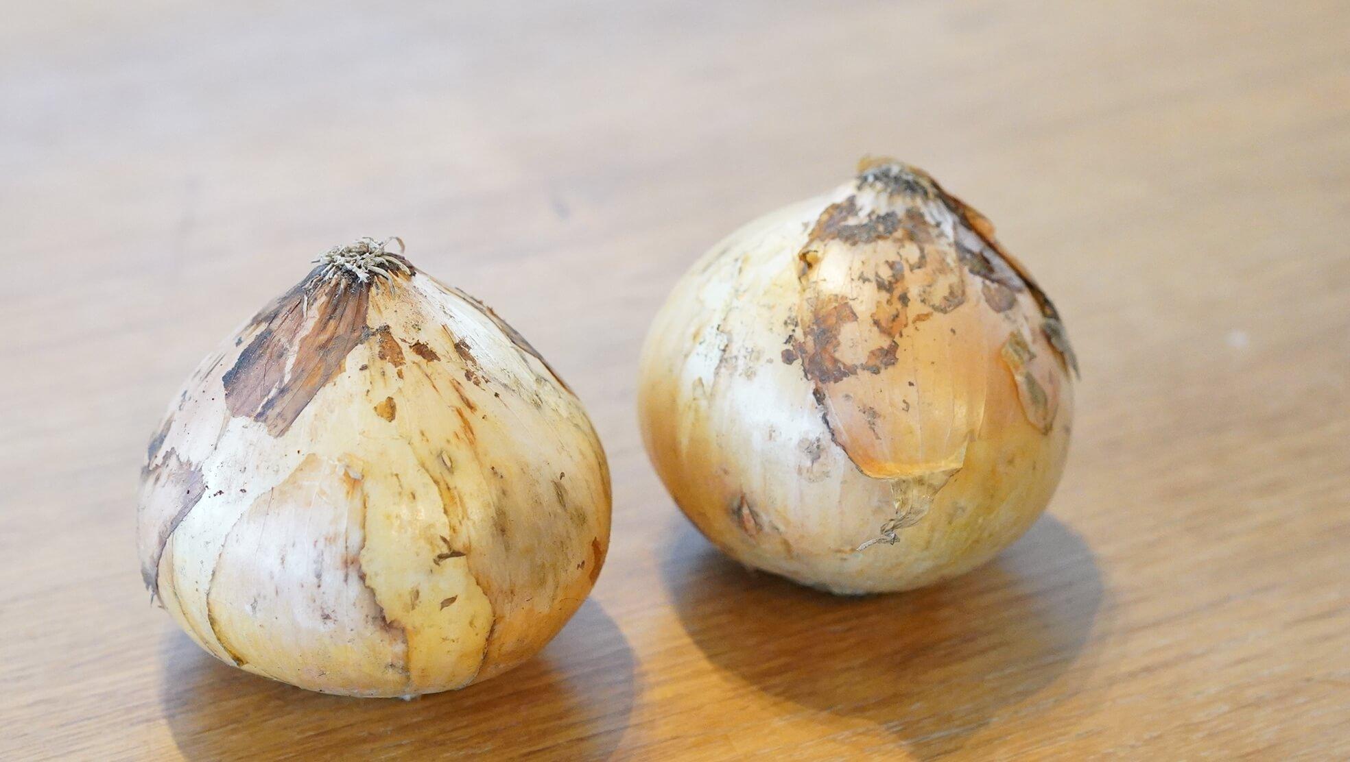 青森のB級グルメ「十和田バラ焼き」の冷凍食品と一緒に炒める玉ねぎの写真