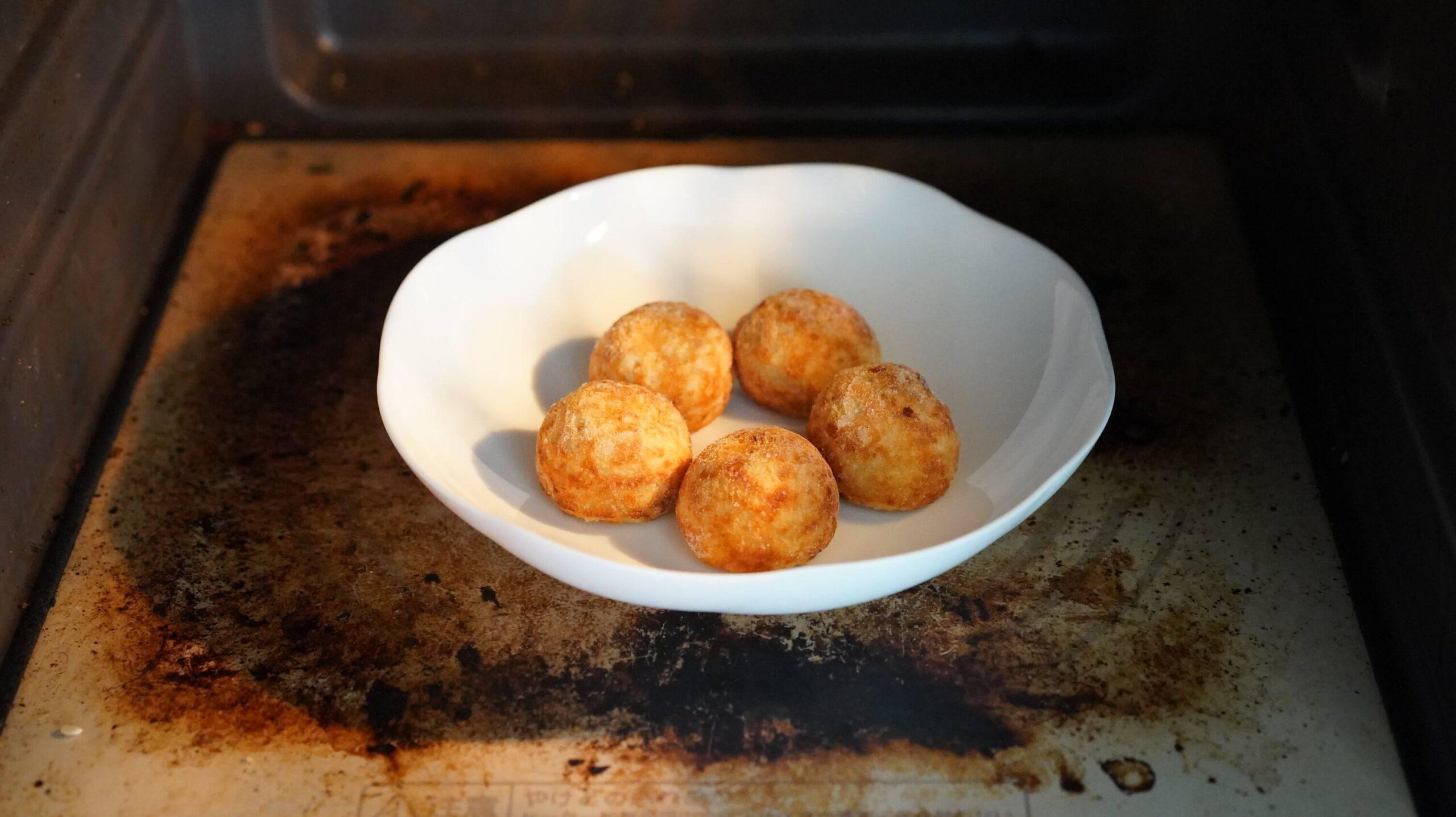 コストコの冷凍食品「たこ焼き」を電子レンジで加熱している写真