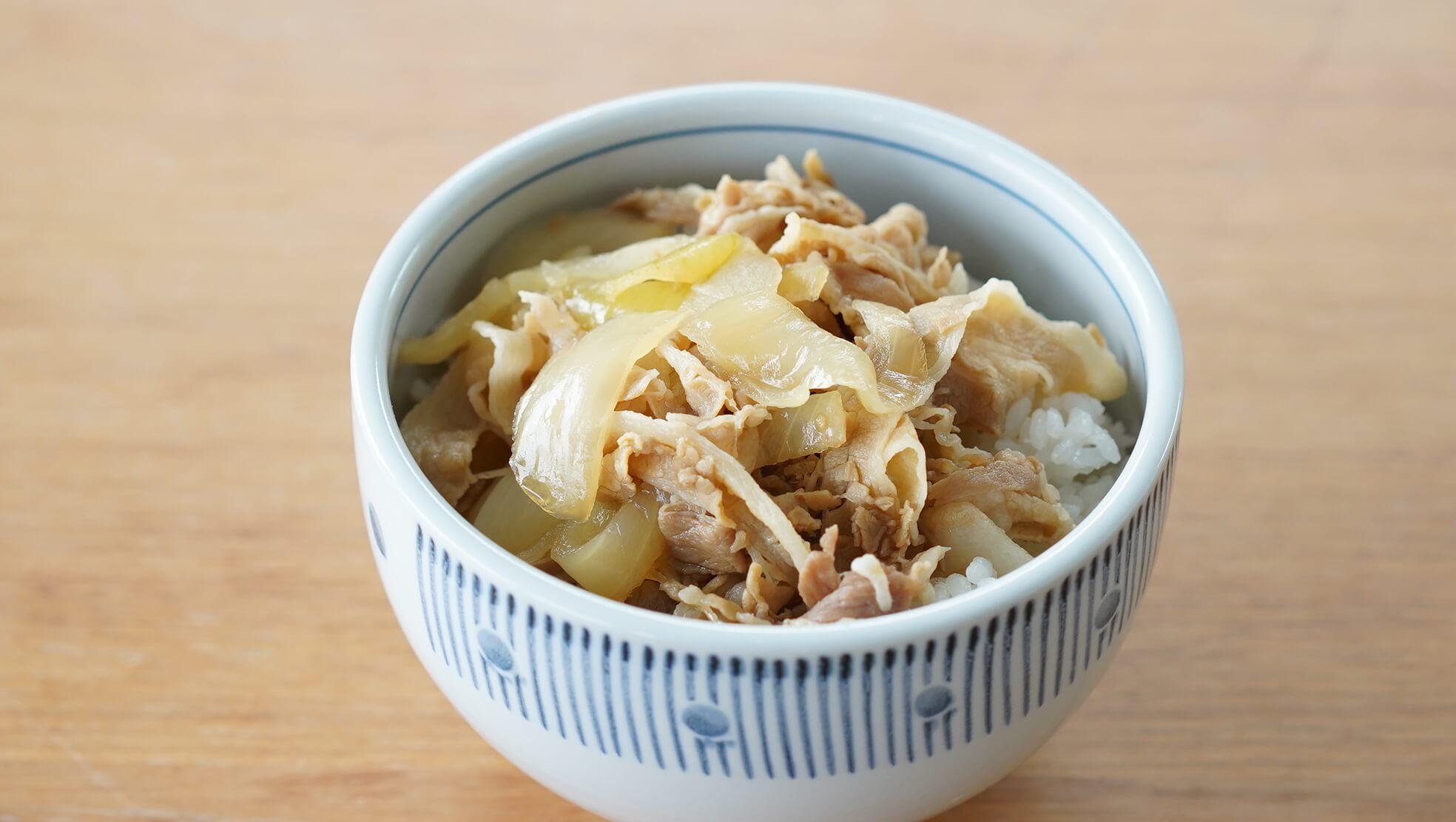 吉野家の冷凍食品「豚丼」をご飯の上に盛り付けた写真