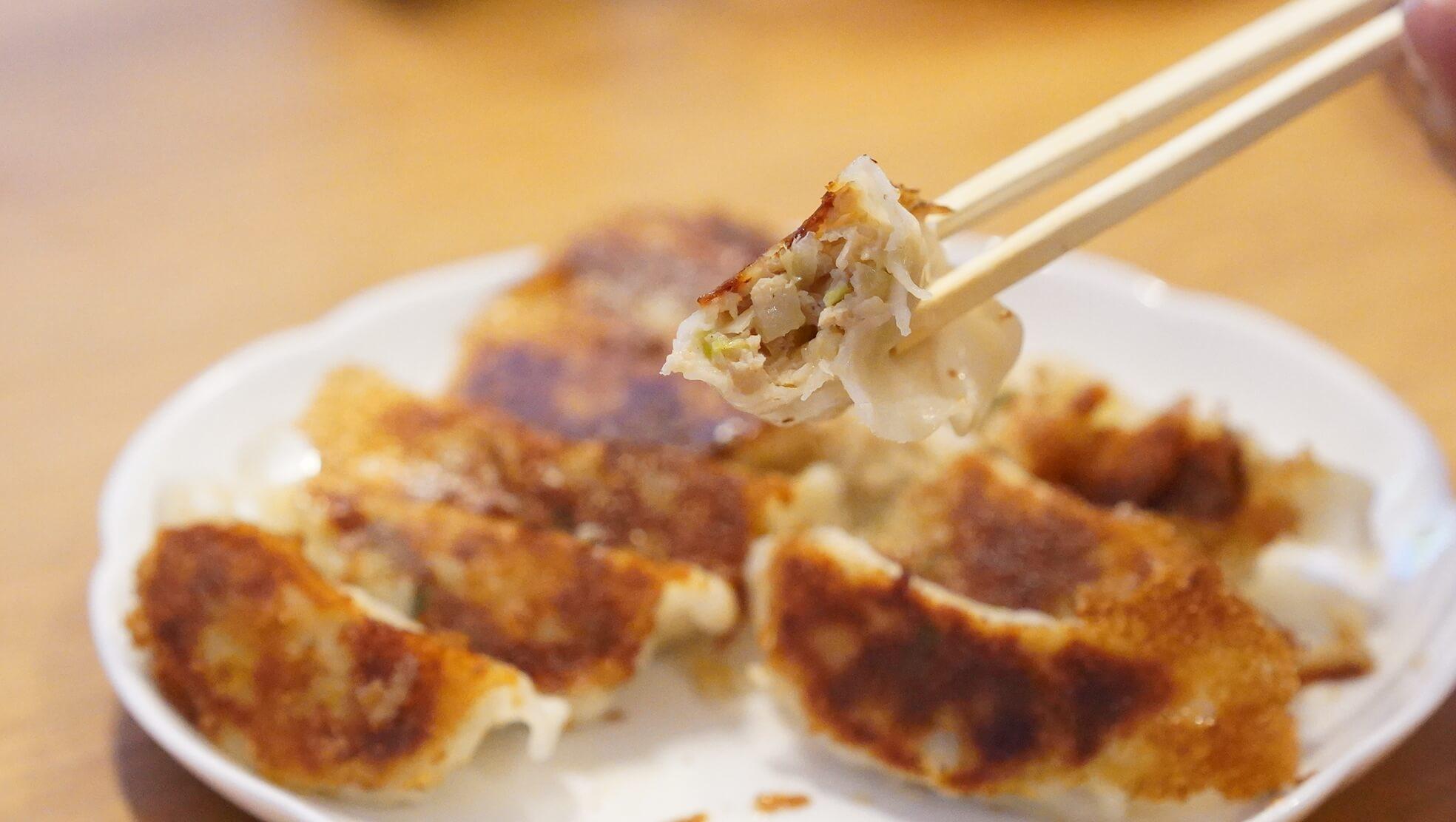 味の素の冷凍食品「生姜好きのためのギョーザ」の断面の写真