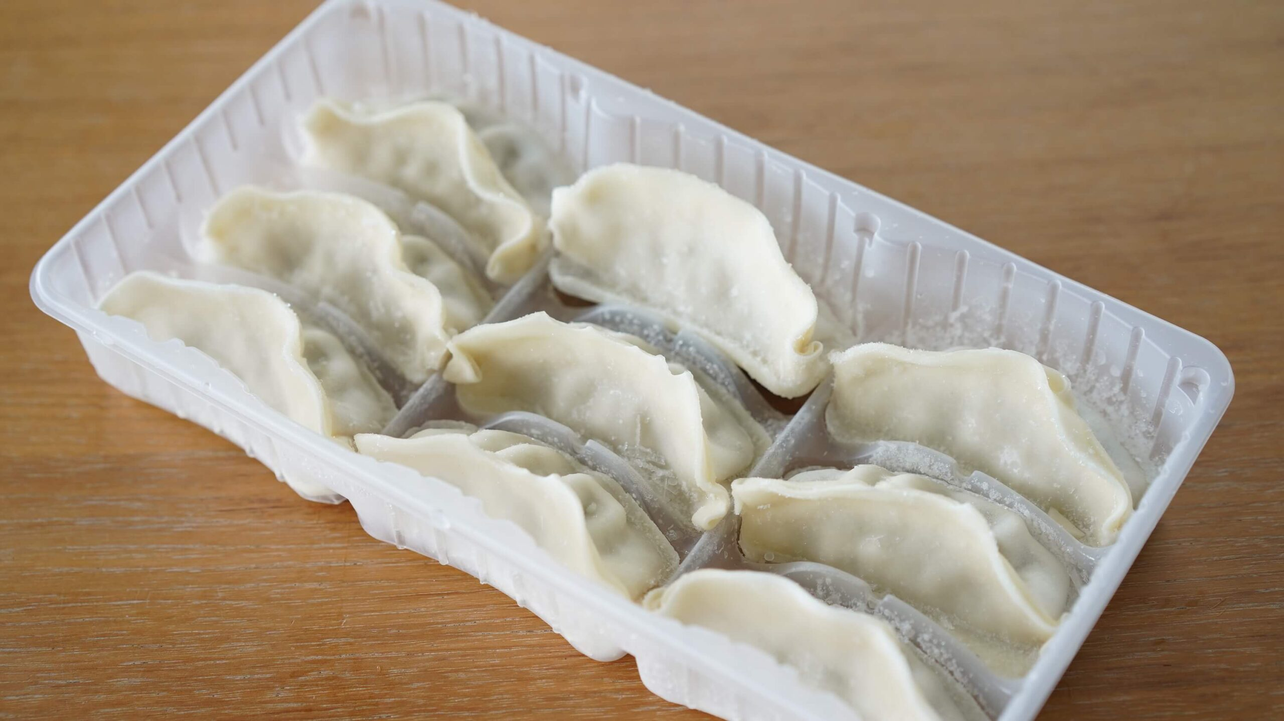 味の素の冷凍食品「黒豚肉餃子」のパッケージを開けたところの写真