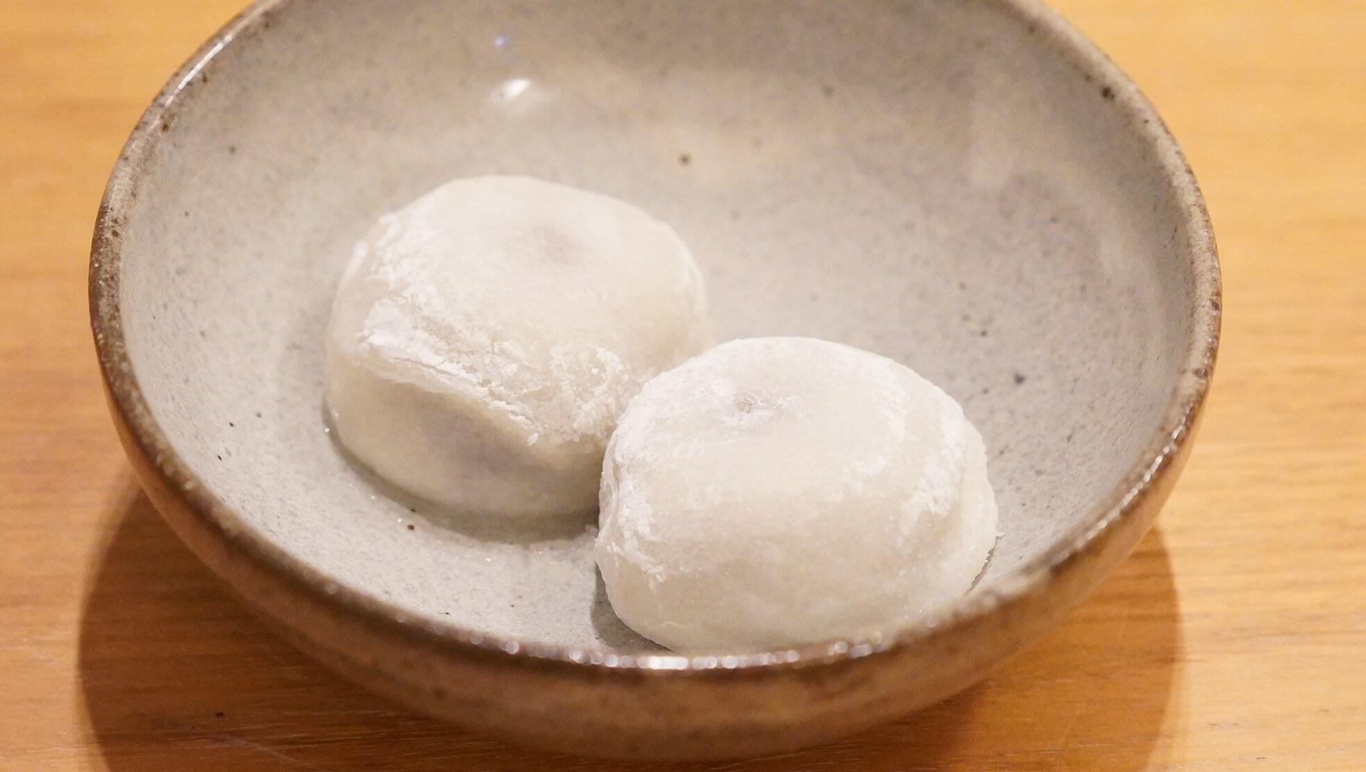 冷凍食品の和菓子スイーツ「井村屋謹製・大福」を皿に盛りつけた写真