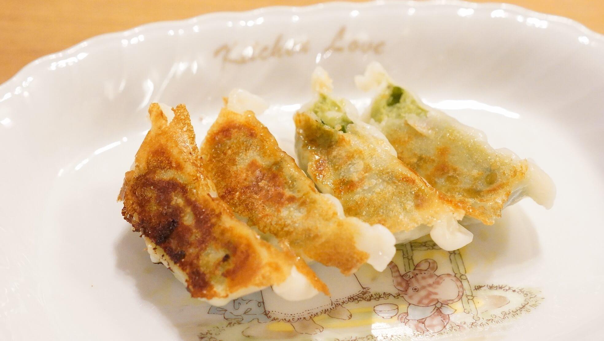 味の素のアスリート専用の冷凍餃子「コンディショニングギョーザ」を横から撮影した写真