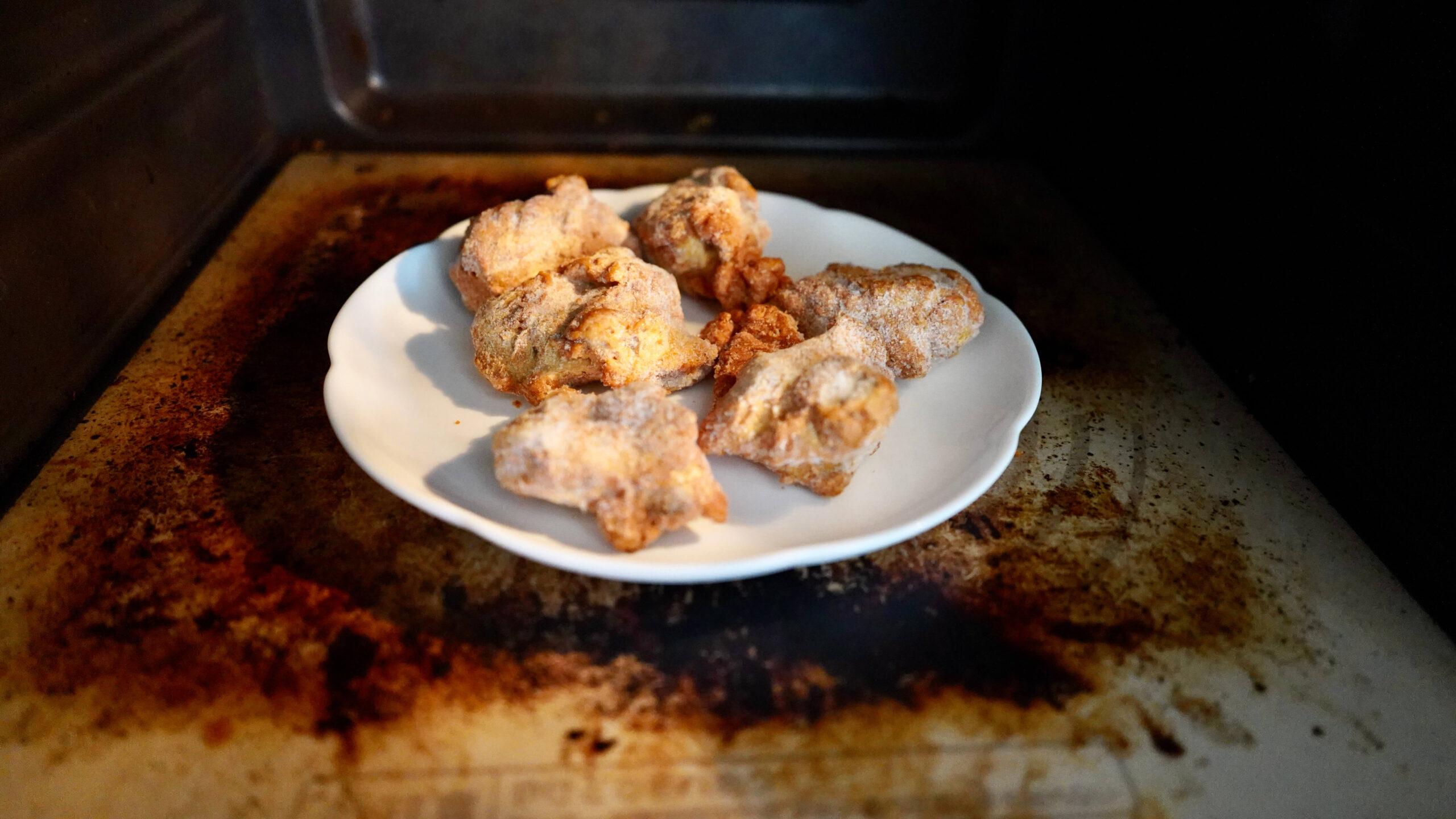イオン・トップバリュの冷凍食品「ごろっとうまい若鶏ももから揚げ」を電子レンジで加熱している写真