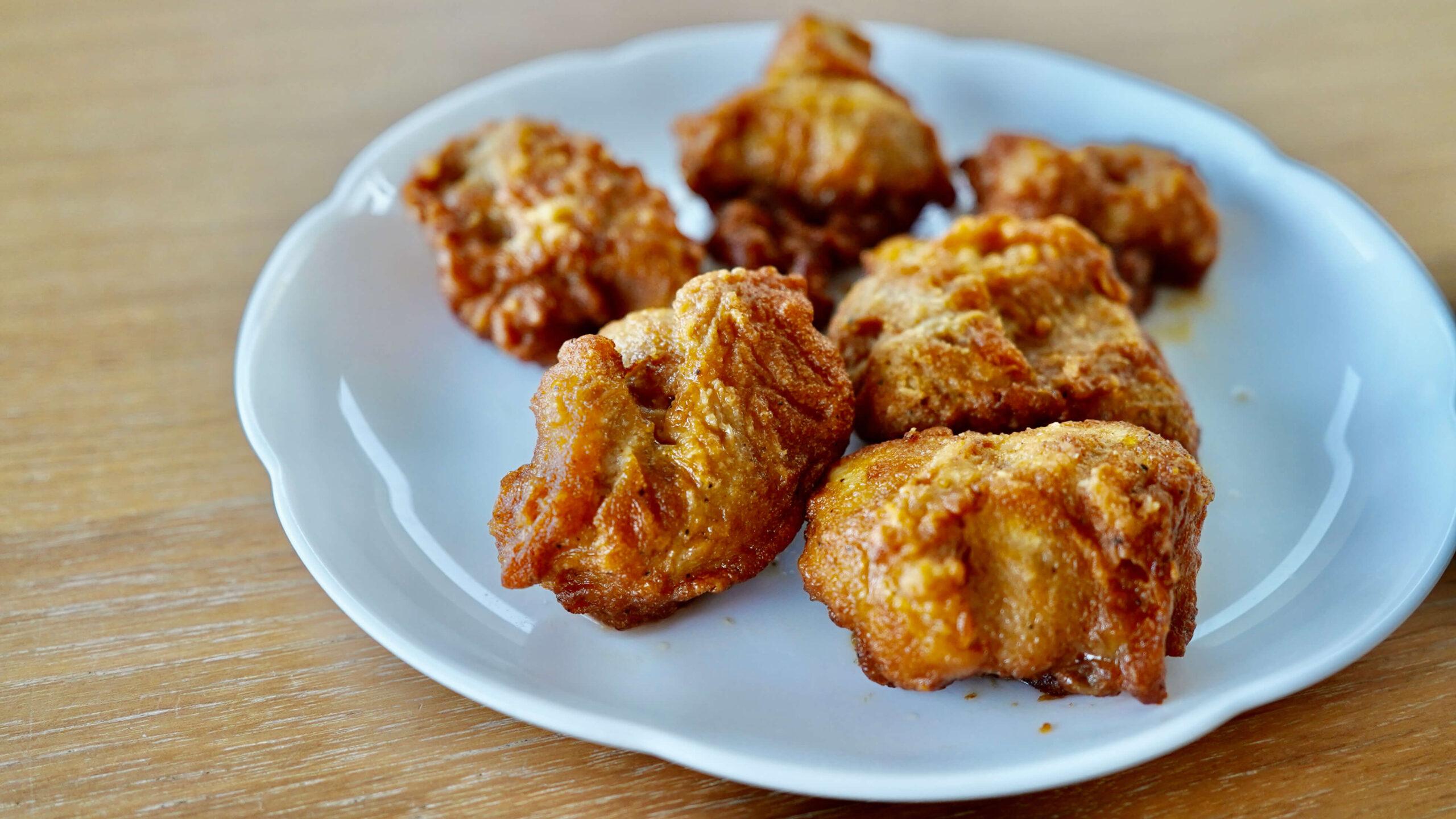 イオン・トップバリュの冷凍食品「ごろっとうまい若鶏ももから揚げ」を皿に盛りつけた写真