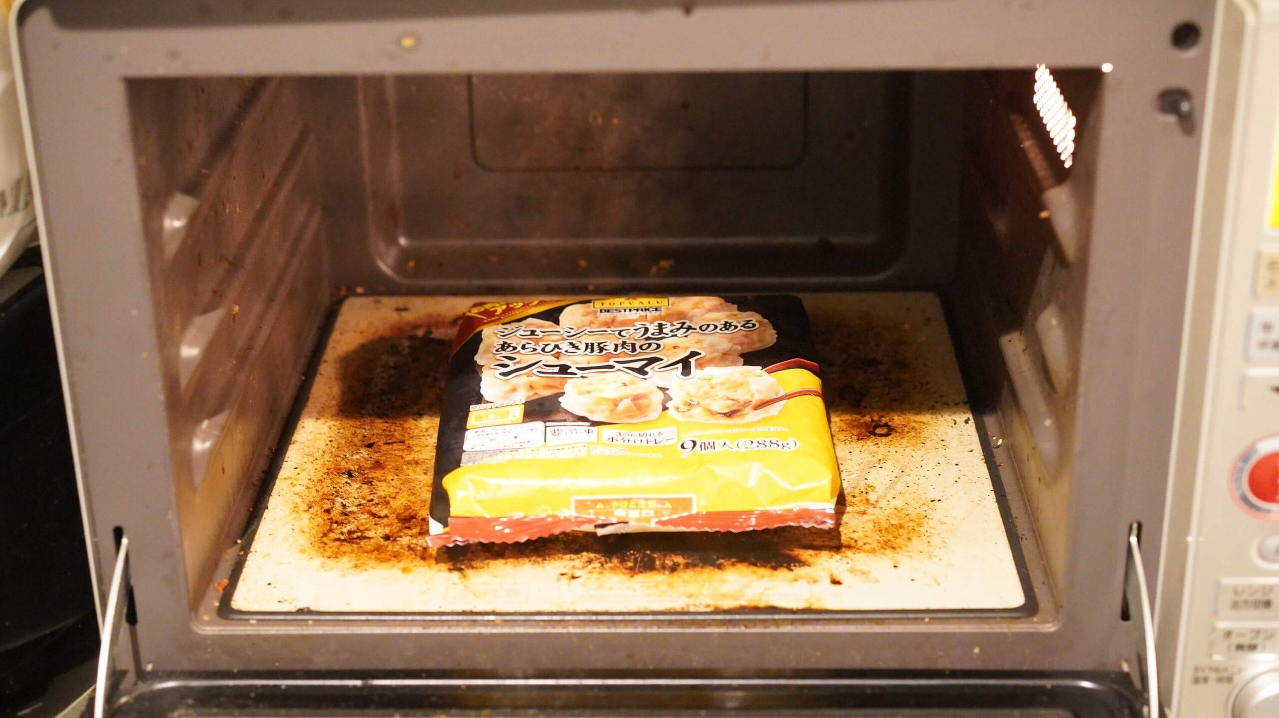 イオン・トップバリュ(TopValu)の「シューマイ」の冷凍食品を電子レンジで加熱している写真