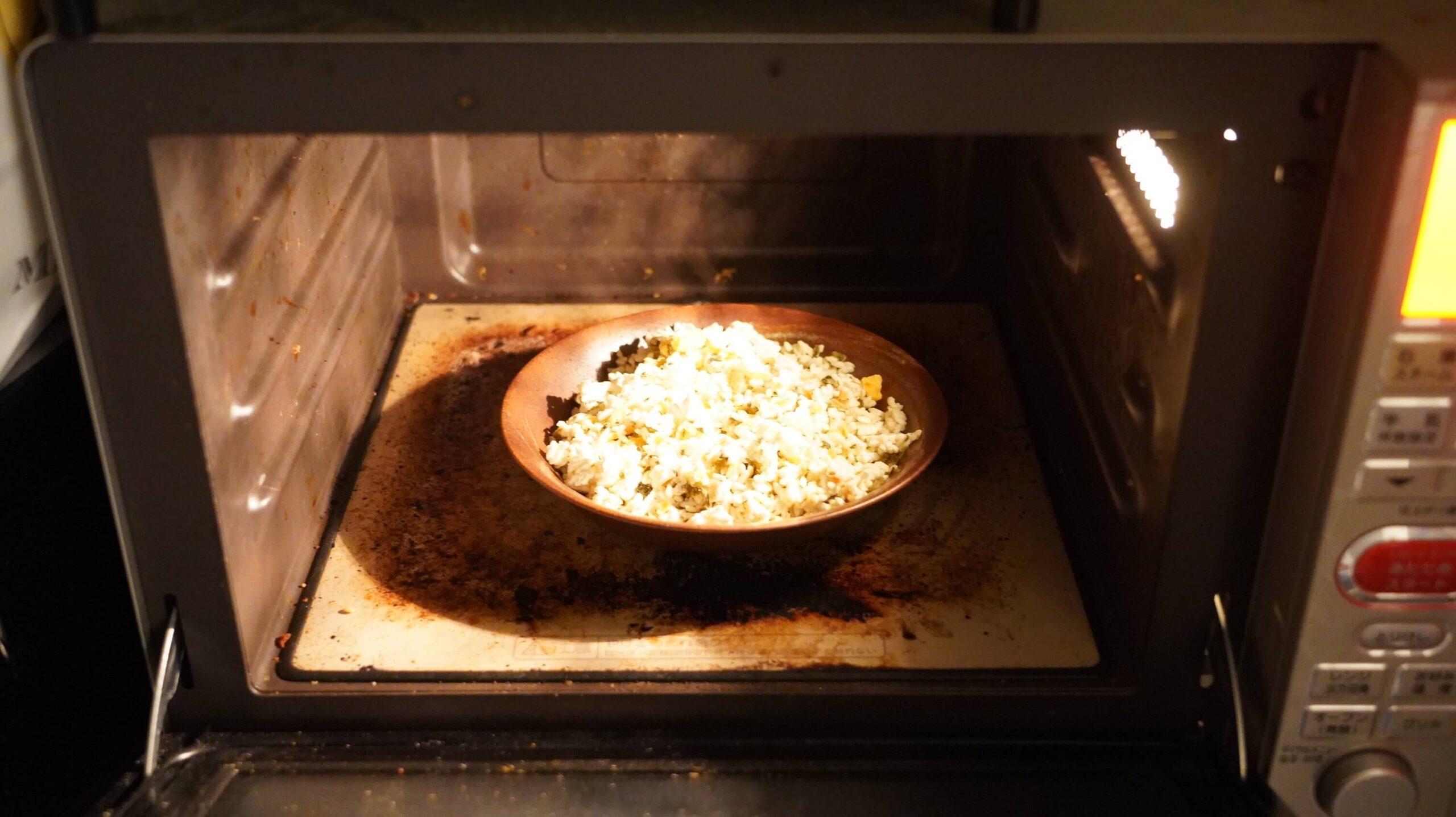 イオン(トップバリュ)の冷凍食品「高菜ピラフ」を電子レンジで加熱している写真