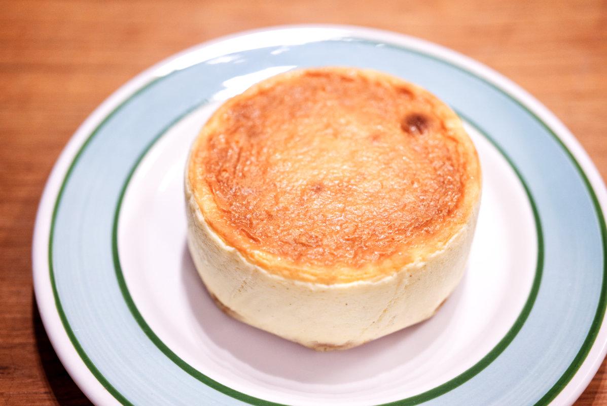 通販で買える美味しいホール・チーズケーキ「東京・代々木上原ミシュラン一つ星フレンチsio鳥羽周作シェフ」の絶品チーズケーキのカット前の写真