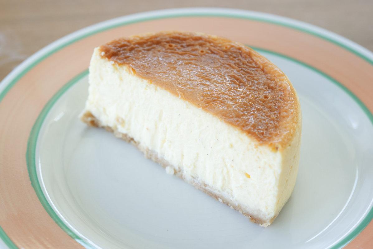 通販で買える美味しいホール・チーズケーキ「東京・代々木上原ミシュラン一つ星フレンチsio鳥羽周作シェフ」の絶品チーズケーキの断面の写真