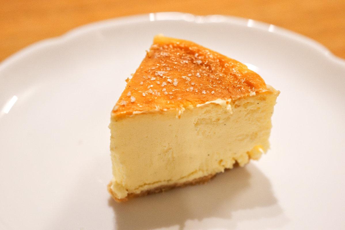 通販で買える美味しいホール・チーズケーキ「東京・代々木上原ミシュラン一つ星フレンチsio鳥羽周作シェフ」の絶品チーズケーキに塩をふった写真