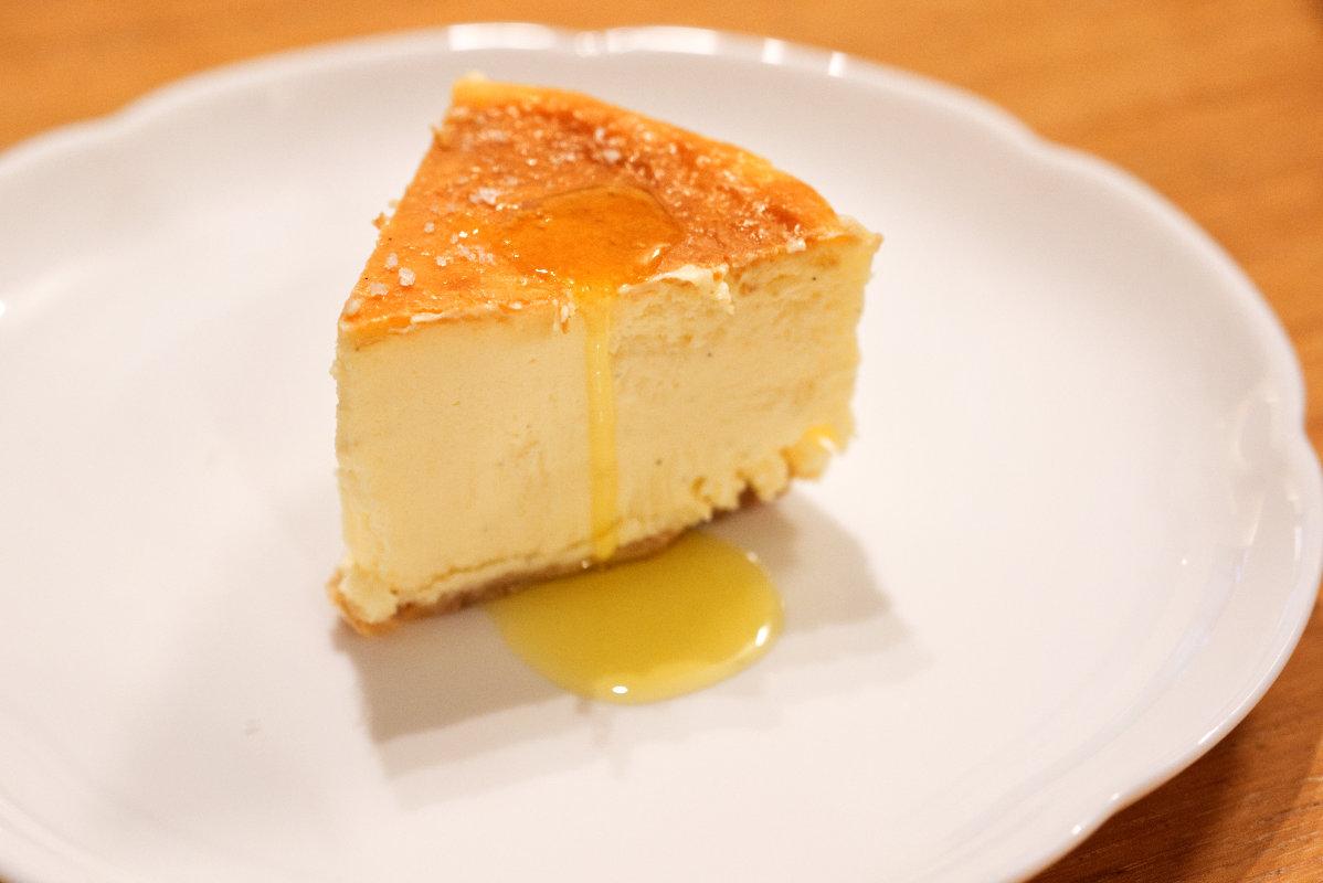 通販で買える美味しいホール・チーズケーキ「東京・代々木上原ミシュラン一つ星フレンチsio鳥羽周作シェフ」の絶品チーズケーキにオリーブオイルをかけた写真